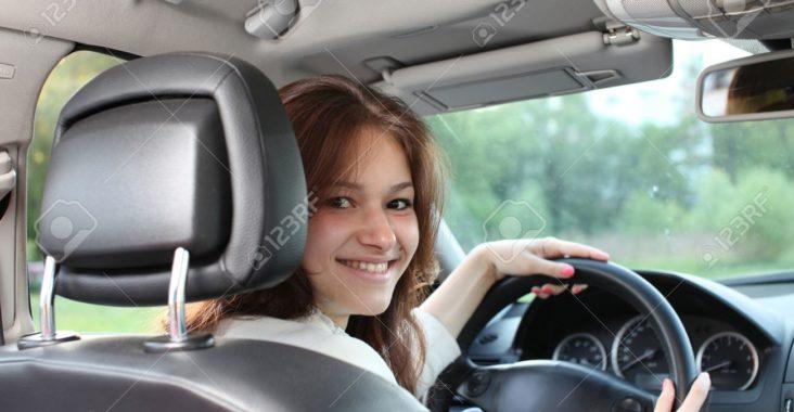 20620720-belle-jeune-femme-au-volant-d-une-voiture-banque-dimages